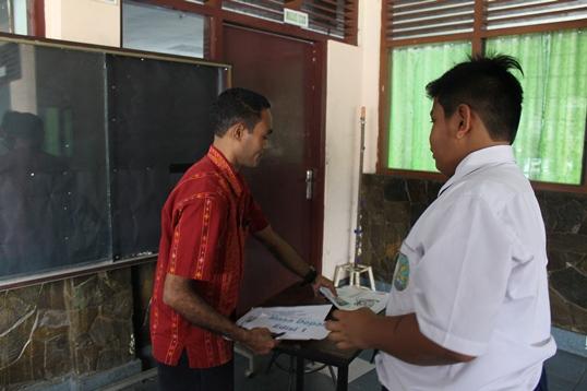 TIM Redaksi siap-siap untuk mempublikasikan MADING Edisi 2 di papan publikasi SMP St. Fransiskus 1 Kramat.